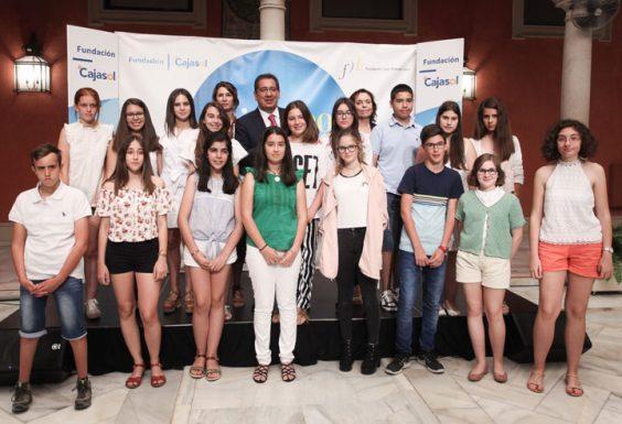 Ganadores y finalistas de la IV edición de 'Mi libro preferido' posan con los organizadores de este certamen escolar. © Luis Serrano