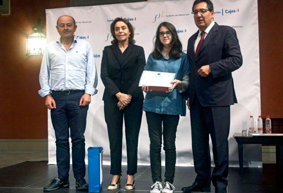 Luna González Silva, del IES Aguilar y Eslava de Cabra y ganadora por la provincia de Córdoba, junto a su profesor José Aroca.