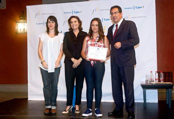 Julia Pariente Domínguez, ganadora por la provincia de Huelva, junto a Carmen Julia Morago, su profesora en el IES San Blas de Aracena.